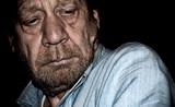 uomo anziano, pensieroso, preoccupato - 103036146