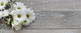 Blumenstrauß auf Holzhintergrund - 103083362
