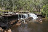 Cascada grande con abundante agua en el medio de una foresta. Cooktown, Queensland, Australia