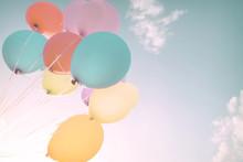 Kolorowe balony w letnich wakacji. Pastel filtr kolorów