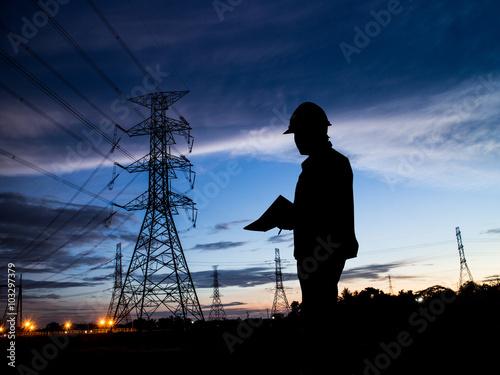 Silhouette homme d'ingénieurs debout à la station de l'électricité sur Poster