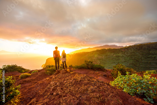 Poster Couple enjoying beautiful sunrise