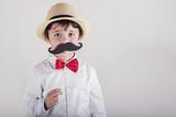 niño divertido con bigote falso