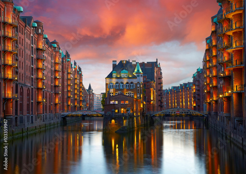 Old Speicherstadt à Hambourg illuminée la nuit. Sunset background