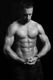 Gespierde man toont aangespannen spieren