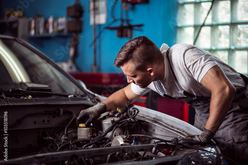 Poster, Tablou Car mechanic repairing vehicle