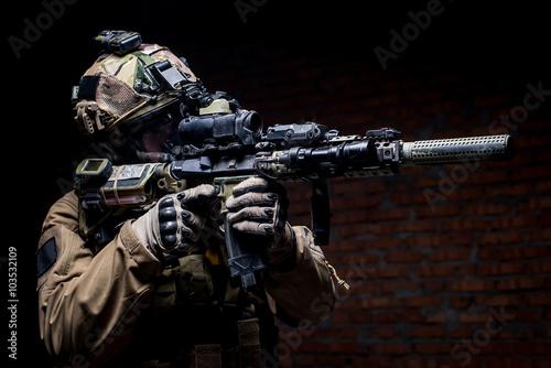 zolnierz-spec-ops-w-mundurze-z-karabinu-czlowieka