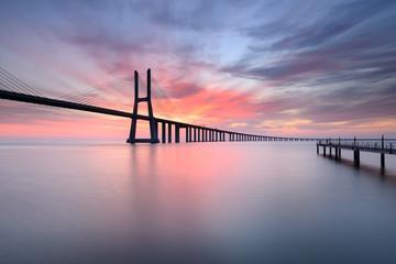 Lisboa ao Nascer do Sol com a fantástica Ponte Vasco da Gama.