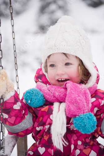 Скачать image little girl картинки и фото на телефон бесплатно.