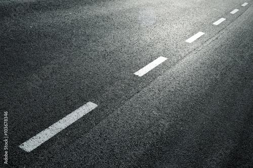 Blanc ligne pointillée sur la ville route goudronnée fond. Poster