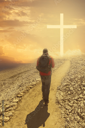 Zdjęcia na płótnie, fototapety, obrazy : Man walking to the cross