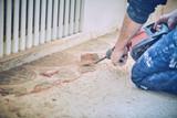 Muratore rompe toglie piastrelle con martello pneumatico