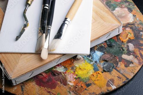 кисточки на палитре красок Poster