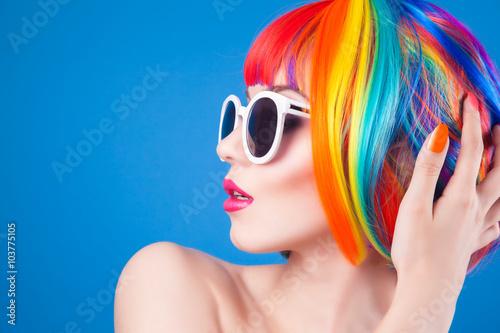 piekna-kobieta-nosi-kolorowe-peruki