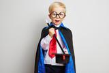 Kind als Zauberer zeigt Zaubertrick