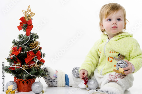 Милая маленькая девочка с блондинка длинными волосами.