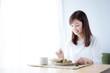 朝食を食べる女性 野菜