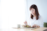 Fototapety 朝食を食べる女性 野菜