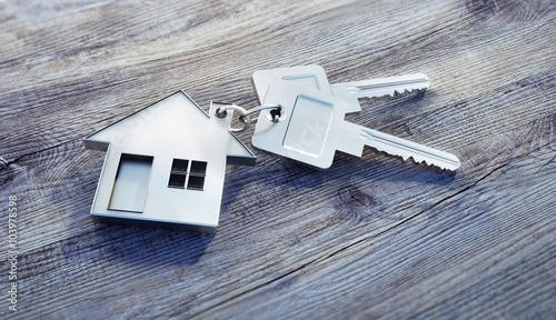 Haus-Schlüssel auf Holz - 103978598