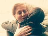 Nieta abrazando a su abuela