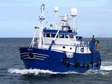 Statek rybacki 15b, statek rybacki w trakcie przystąpienia do lądowania ryb.