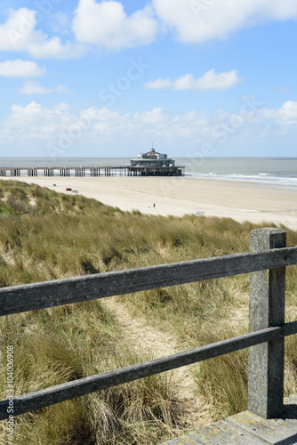 Foto op Aluminium Strand Dünen, Strand und Seebrücke/Pier an der Nordsee in Blankenberge, Belgien.