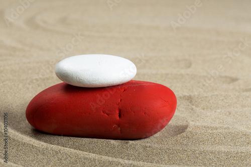 Papiers peints Zen pierres a sable Cairn rouge et blanc sur du sable