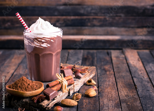 Papiers peints Lait, Milk-shake Chocolate milkshake with whipped cream
