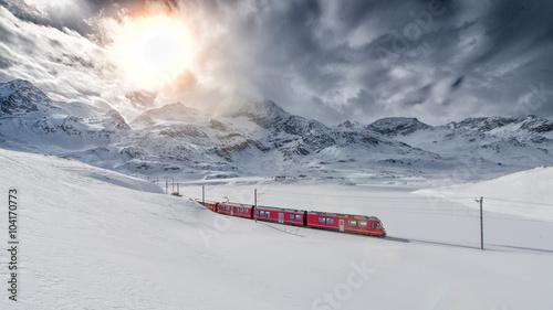 Szwajcarski pociąg górski Bernina Express przeszedł przez wysokie mo