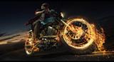 Mężczyzna jeździ motocyklem po drodze. Płomień i ogień
