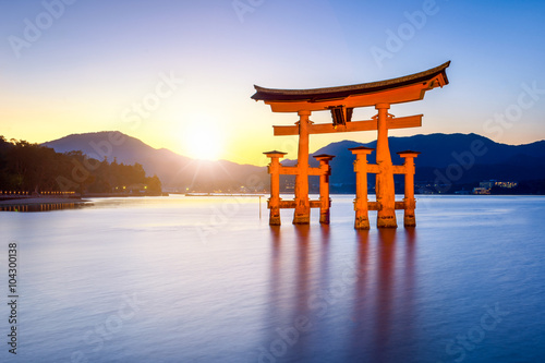 Foto op Aluminium Oude gebouw Großes Torii beim Itsukushima Schrein in Miyajima Japan