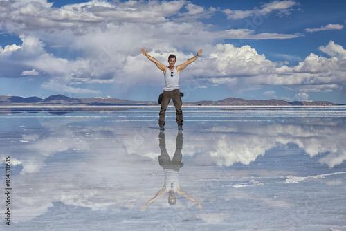 Poster Uomo  a braccia aperte nel deserto di sale : Salares de Uyuni, Bolivia