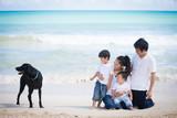 海でリラックスする家族