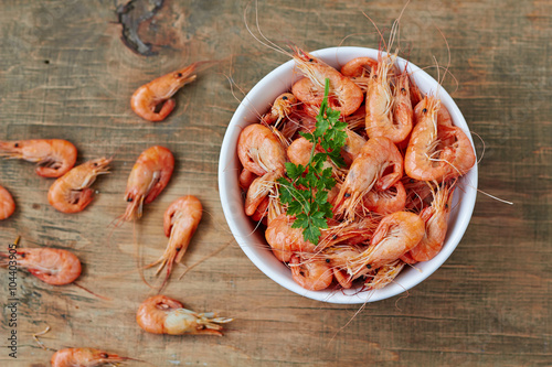 Plakat Prepared shrimp on plate , top view