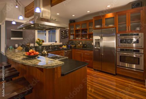 Haut de gamme, cuisine, intérieur de la maison contemporaine avec armoires en bo Poster
