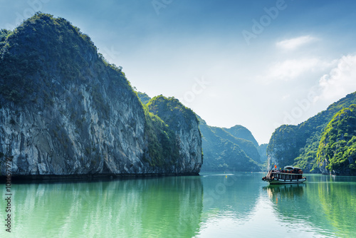 Tourist boat in the Ha Long Bay of the South China Sea, Vietnam Plakat