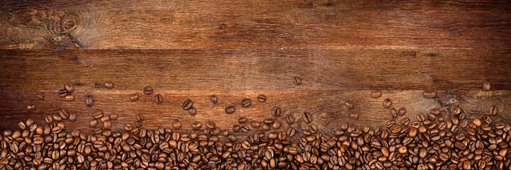 Fototapeta drewniane tło z ziarenkami kawy