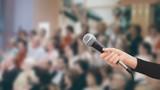 Microfono in mano pubblico tv  - 104513924