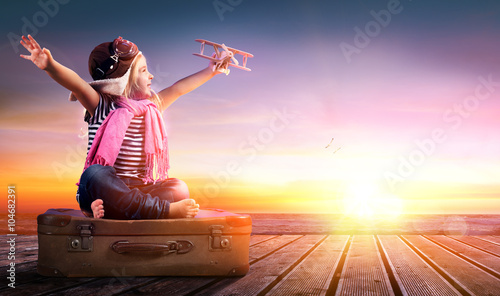 mata magnetyczna Dream journey - Little Girl On Vintage Suitcase At Sunset