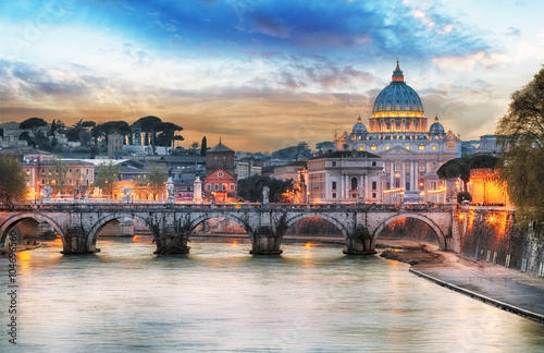 Tiber i St Peter bazylika w Watykan z tęczą, Rzym