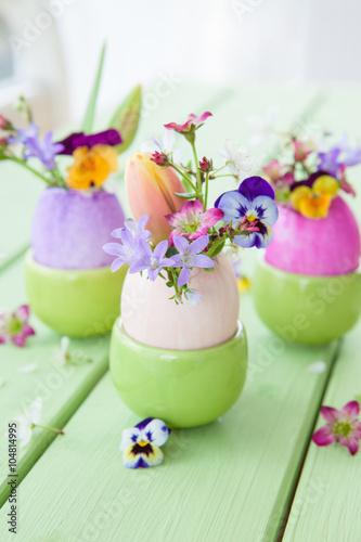 Leinwanddruck Bild Frische Fruehlingsblumen in Ostereiern