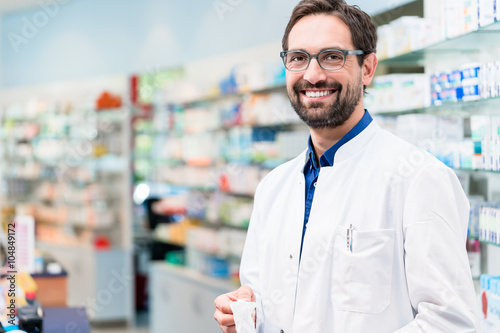 Papiers peints Pharmacie Apotheker in Apotheke steht vor Regal mit Medikamenten