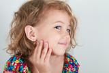 bella bimba con orecchino - 104951377