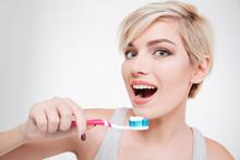 Szczęśliwa kobieta cute szczotkowanie zębów