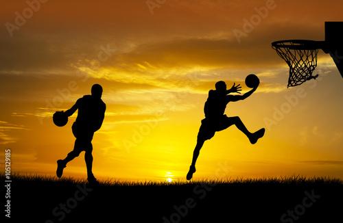 Poster jugando al baloncesto