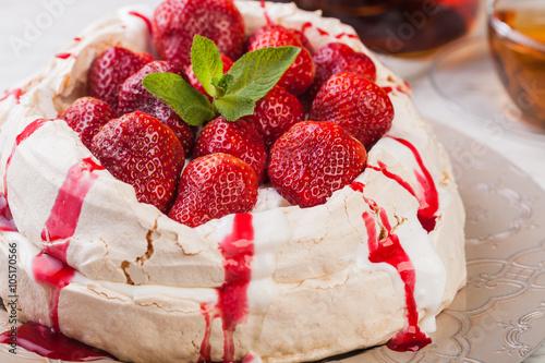 obraz PCV Strawberry pavlova cake