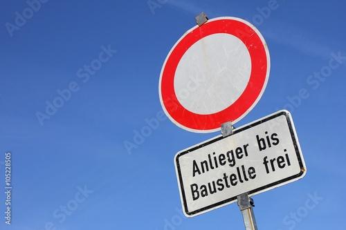 Poster Deutsches Verkehrszeichen: Durchfahrt gesperrt - Anlieger bis Baustelle frei