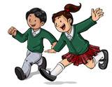Grupo de niños con uniforme escolar divirtiéndose jugando corriendo felices en colegio