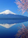 Mount Fuji z odbiciem wody, widok z jeziora Kawaguchiko