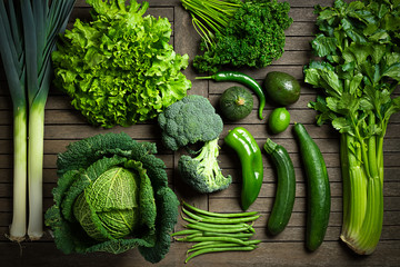 Composition de légumes uniquement verts sur une table en bois